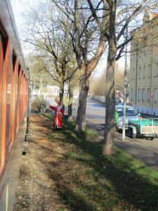 Der Nikolaus hält den Zug an